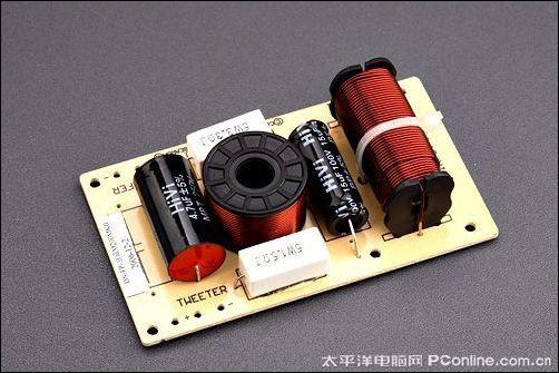 R1900T III采用了非规则箱体设计,两侧采用多棱面体型测板,因此产品前后都呈现出收缩状态,这能够降低前障板面积,减少前障板不良反射带来的音染。   单元方面,高音采用的是自家研发的丝膜球顶高音1NT,这款1NT用漫步者的原话来说是引入了爱德发顶级2.0音箱S2000的研发成果。低音单元型号为F50NT,振膜为特殊的CC复合盆,实际上是一种涂胶编织盆,它是使用高强度棉线编织成型,然后在表面涂胶加热复合而称的震膜。其音色特性介于涂胶纸盆和羊毛编织盆之间,比普通的纸盆低音低频效果好、声音干脆但又不像防